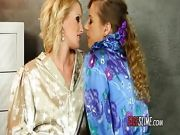 Kissing Lesbos Get Creamed