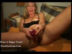 This MILF likes to taste her juices.........