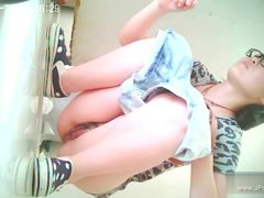 chinese girls go to toilet.12