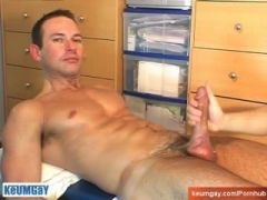 Marco a swimmer guy serviced by a gay guy !